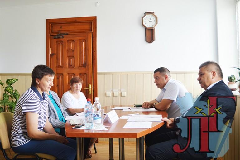 Першы намеснік губернатара І.М. МАКАР (справа), старшыня райвыканкама  В.В. МЕЛЬНІК выслухалі пытанні жыхарак г. Любані.